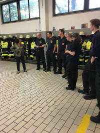 Diana Stachowitz im Gespräch mit Teammitgliedern der Feuerwehr Moosach