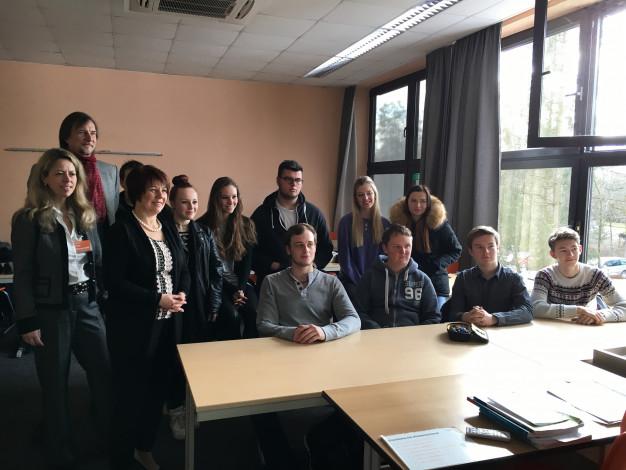 Diana Stachowitz, MdL, mit den Schülerinnen und Schülern