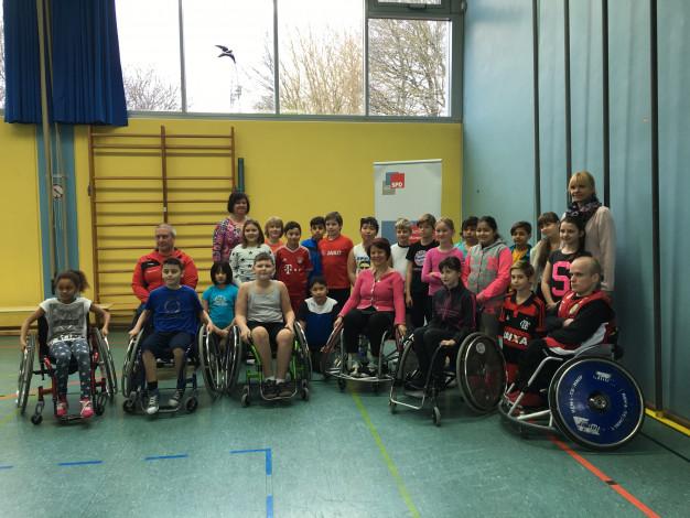 Diana Stachowitz, MdL mit den Spielern des USC München E.V. und den Schulkindern