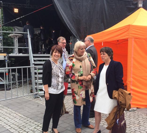 Diana Stachowitz mit der Theologin Margot Käßmann und Claudia Roth, MdB