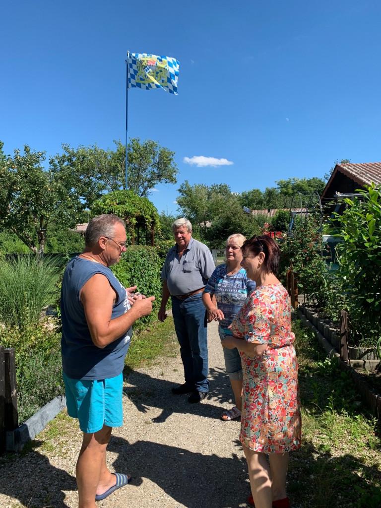 Diana Stachowitz im Gespräch mit den Vorstandsmitgliederin des Kleingarten NW88