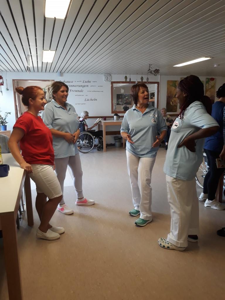 Diana Stachowitz, MdL im Gespräch mit Pflegekräften