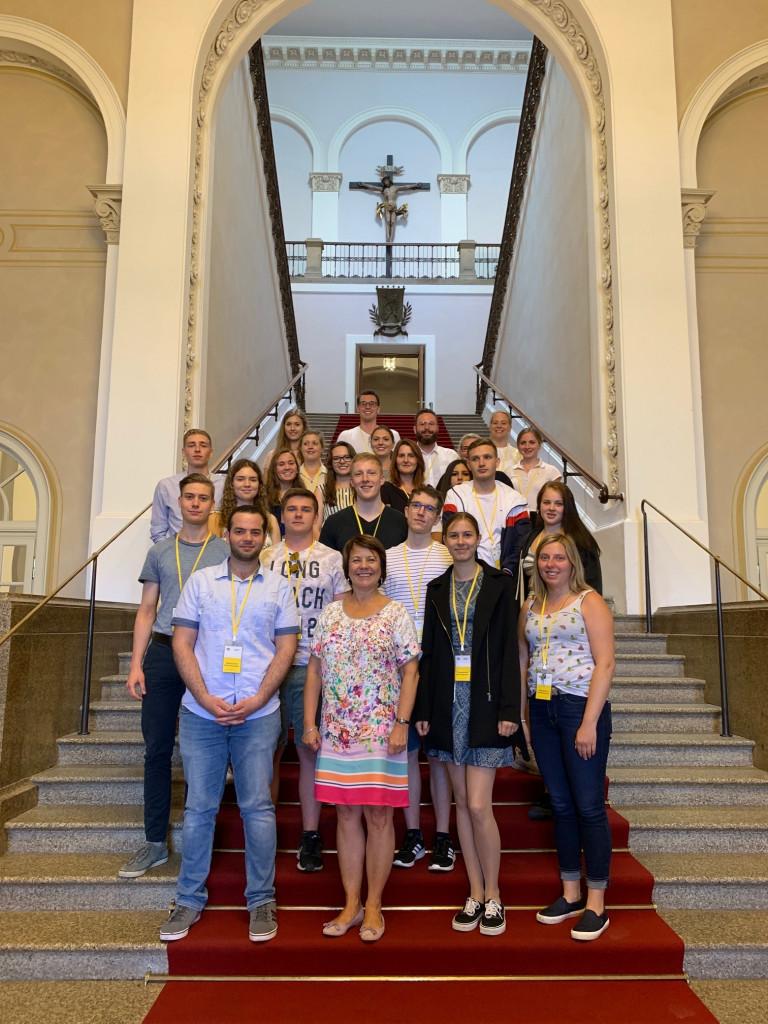Diana Stachowitz im Austausch mit den Auszubildenden der Städtischen Berufsschule für das Hotel-, Gaststätten- und Braugewerbe