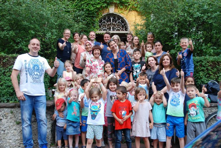 Diana Stachowitz und Julia Schönfeld-Knor (beide Mitte) mit den Kindern und Eltern des Kindergarten in der Borstei
