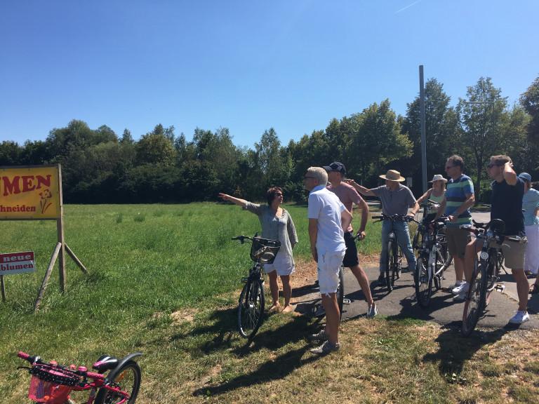 Diana Stachowitz mit den Teilnehmern der Radltour in Feldmoching