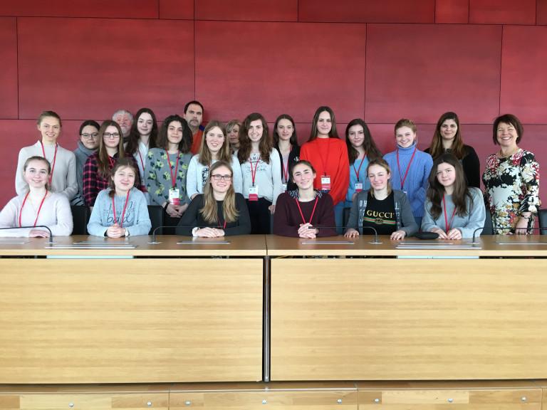 Diana Stachowitz mit den Schülerinnen des Maria-Ward-Gymnasiums Nymphenburg