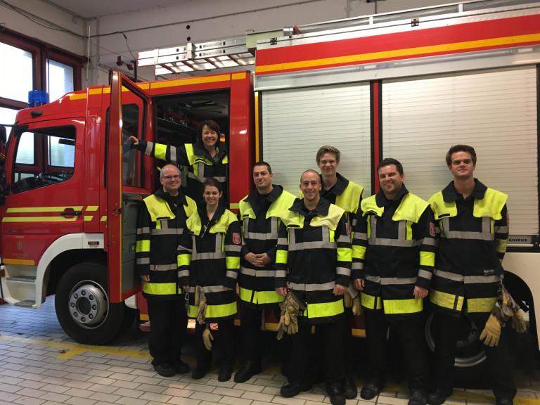 Diana Stachowitz mit Teammitgliedern der Frewilligen Feuerwehr Moosach e.V.
