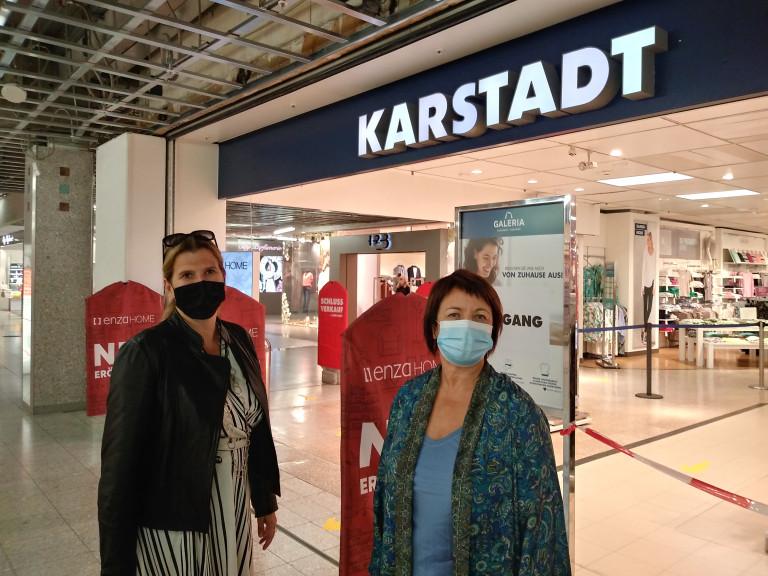 Diana Stachowitz und Julia Schönfeld-Knor vor der Karstadt-Filiale im OEZ